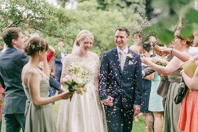 結婚式の新郎新婦とゲスト